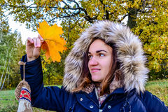 Όμορφο κορίτσι με το φύλλο σφενδάμου Στοκ Φωτογραφία