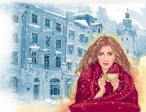 Όμορφο κορίτσι με το φλυτζάνι του καυτού τσαγιού ή του καφέ, που τυλίγεται στο θερμό κόκκινο κάλυμμα απεικόνιση αποθεμάτων