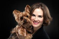 Όμορφο κορίτσι με το χαριτωμένο σκυλί στοκ φωτογραφίες