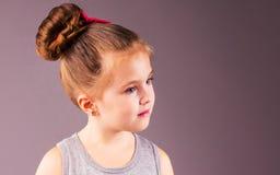 Όμορφο κορίτσι με το όμορφο τρίχωμα Στοκ Φωτογραφία
