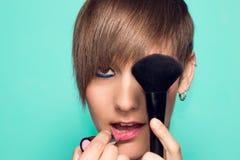 Όμορφο κορίτσι με το makeup και makeup τα εξαρτήματα Κραγιόν, makeup applicator Στοκ φωτογραφία με δικαίωμα ελεύθερης χρήσης