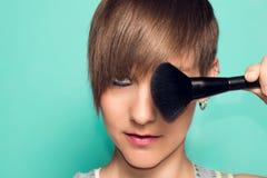 Όμορφο κορίτσι με το makeup και makeup τα εξαρτήματα Κραγιόν, makeup applicator Στοκ Εικόνες