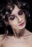 Όμορφο κορίτσι με το wat hairstyle και το φωτεινό makeup Πρόσωπο ομορφιάς στοκ φωτογραφία