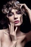 Όμορφο κορίτσι με το wat hairstyle και το φωτεινό makeup Πρόσωπο ομορφιάς στοκ εικόνες