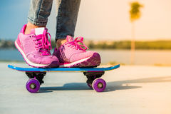 Όμορφο κορίτσι με skateboard Στοκ εικόνα με δικαίωμα ελεύθερης χρήσης