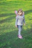 Όμορφο κορίτσι μικρών παιδιών με τα φτερά πεταλούδων Στοκ εικόνα με δικαίωμα ελεύθερης χρήσης