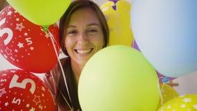 όμορφο κορίτσι μπαλονιών απόθεμα βίντεο