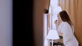 Όμορφο κορίτσι μπροστά από έναν καθρέφτη απόθεμα βίντεο