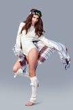 όμορφο κορίτσι μόδας ανασκόπησης που απομονώνεται άσπρος χειμώνας Νέα γυναίκα που φορά το μοντέρνο θρόμβο wintertime Στοκ Φωτογραφία