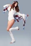 όμορφο κορίτσι μόδας ανασκόπησης που απομονώνεται άσπρος χειμώνας Νέα γυναίκα που φορά το μοντέρνο θρόμβο wintertime Στοκ εικόνα με δικαίωμα ελεύθερης χρήσης