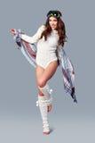 όμορφο κορίτσι μόδας ανασκόπησης που απομονώνεται άσπρος χειμώνας Νέα γυναίκα που φορά το μοντέρνο θρόμβο wintertime Στοκ φωτογραφία με δικαίωμα ελεύθερης χρήσης