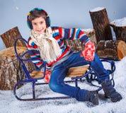όμορφο κορίτσι μόδας ανασκόπησης που απομονώνεται άσπρος χειμώνας λατρευτό ευτυχές πορτρέ&tau Στοκ Εικόνες