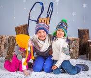 όμορφο κορίτσι μόδας ανασκόπησης που απομονώνεται άσπρος χειμώνας Λατρευτά ευτυχή αγόρι και κορίτσια Στοκ Φωτογραφία