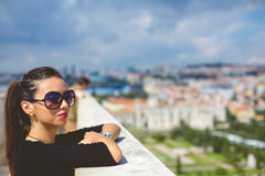 Όμορφο κορίτσι μόδας της στέγης εάν Λισσαβώνα Στοκ Εικόνες