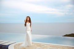 Όμορφο κορίτσι νυφών στο διακοσμημένο με χάντρες γαμήλιο φόρεμα Καλοκαιρινές διακοπές fas Στοκ Εικόνες