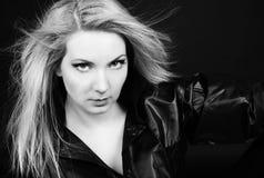 Όμορφο κορίτσι ξανθό στο μαύρο πουκάμισο Στοκ Εικόνα