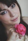 όμορφο κορίτσι λουλουδιών Στοκ Εικόνες