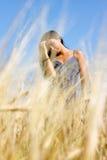 όμορφο κορίτσι πεδίων στοκ εικόνες με δικαίωμα ελεύθερης χρήσης