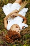 όμορφο κορίτσι πεδίων στοκ φωτογραφία