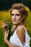 όμορφο κορίτσι πεδίων στοκ φωτογραφία με δικαίωμα ελεύθερης χρήσης