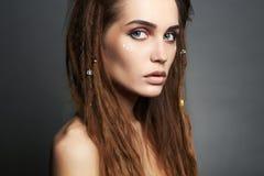 Όμορφο κορίτσι πειρατών με τη σύνθεση και dreadlocks Στοκ εικόνες με δικαίωμα ελεύθερης χρήσης