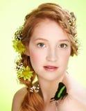 όμορφο κορίτσι πεταλούδ&omeg Στοκ Εικόνα