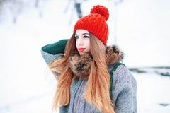 Όμορφο κορίτσι πλεκτά μοντέρνα ενδύματα στη χειμερινή ημέρα επάνω Στοκ εικόνα με δικαίωμα ελεύθερης χρήσης