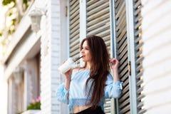 Όμορφο κορίτσι πορτρέτου με μακρυμάλλη σε μια περιστασιακή τοποθέτηση εξαρτήσεων στον ιταλικό καφέ Το όμορφο brunette κρατά τον κ Στοκ φωτογραφία με δικαίωμα ελεύθερης χρήσης