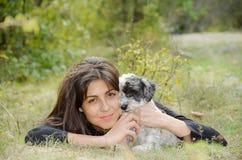Όμορφο κορίτσι που αγκαλιάζει το σκυλί της στο βουνό Στοκ Εικόνα