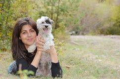 Όμορφο κορίτσι που αγκαλιάζει το σκυλί της στο βουνό Στοκ Εικόνες