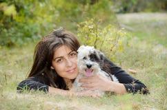 Όμορφο κορίτσι που αγκαλιάζει το σκυλί της στο βουνό Στοκ εικόνες με δικαίωμα ελεύθερης χρήσης