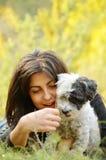 Όμορφο κορίτσι που αγκαλιάζει το σκυλί της στο βουνό Στοκ Φωτογραφίες