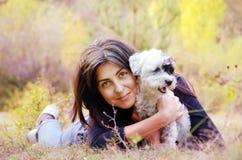 Όμορφο κορίτσι που αγκαλιάζει το σκυλί της στο βουνό Στοκ φωτογραφία με δικαίωμα ελεύθερης χρήσης
