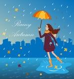 Όμορφο κορίτσι που ακούει τη μουσική με μια ομπρέλα Ευτυχής γυναίκα στο υπόβαθρο πόλεων Στοκ εικόνες με δικαίωμα ελεύθερης χρήσης