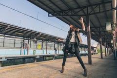 Όμορφο κορίτσι που ακούει τη μουσική σε έναν σταθμό μετρό Στοκ Εικόνες