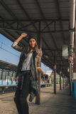 Όμορφο κορίτσι που ακούει τη μουσική σε έναν σταθμό μετρό Στοκ εικόνα με δικαίωμα ελεύθερης χρήσης