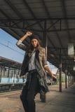 Όμορφο κορίτσι που ακούει τη μουσική σε έναν σταθμό μετρό Στοκ φωτογραφία με δικαίωμα ελεύθερης χρήσης