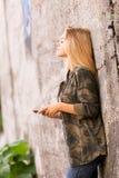 Όμορφο κορίτσι που ακούει τη μουσική υπαίθρια Στοκ Φωτογραφίες
