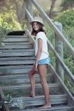 Όμορφο κορίτσι που αναρριχείται στα σκαλοπάτια Στοκ Φωτογραφίες