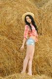 Όμορφο κορίτσι που απολαμβάνει τη φύση στοκ εικόνα με δικαίωμα ελεύθερης χρήσης