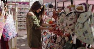 Όμορφο κορίτσι που απολαμβάνει τις αγορές απόθεμα βίντεο