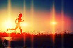 Όμορφο κορίτσι που απολαμβάνει ένα τρέξιμο στην παραλία Στοκ εικόνα με δικαίωμα ελεύθερης χρήσης