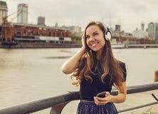 Όμορφο κορίτσι που απολαμβάνει τη μουσική υπαίθρια Στοκ Εικόνες