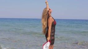 Όμορφο κορίτσι που απολαμβάνει τον ήλιο και τη θάλασσα απόθεμα βίντεο
