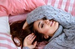 Όμορφο κορίτσι που βάζει στο κρεβάτι Στοκ φωτογραφία με δικαίωμα ελεύθερης χρήσης