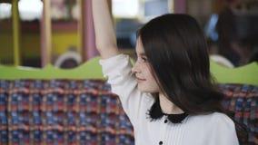 Όμορφο κορίτσι που διαβάζει τις επιλογές και που κάνει μια διαταγή 4K απόθεμα βίντεο