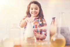 Όμορφο κορίτσι που εξετάζει ευθύ τη κάμερα Στοκ φωτογραφία με δικαίωμα ελεύθερης χρήσης