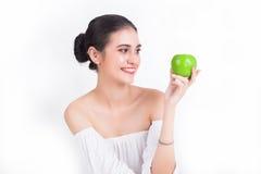 Όμορφο κορίτσι που εξετάζει την πράσινη υγεία της Apple και την υγιή έννοια Στοκ φωτογραφίες με δικαίωμα ελεύθερης χρήσης
