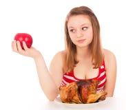Όμορφο κορίτσι που εξετάζει τη Apple Στοκ Φωτογραφία