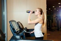 Όμορφο κορίτσι που επιλύει treadmill στη γυμναστική Στοκ φωτογραφίες με δικαίωμα ελεύθερης χρήσης